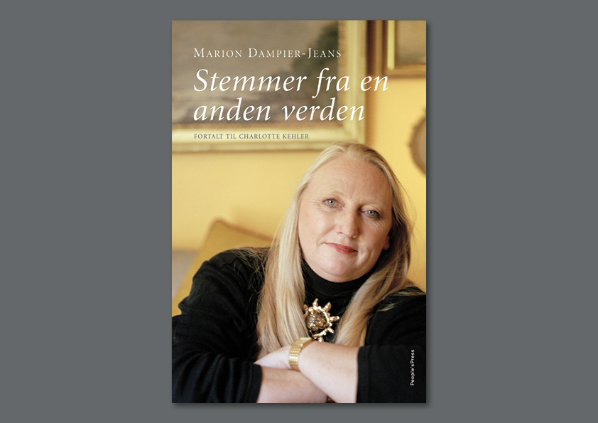 """Marion Dampier-Jeans """"Stemmer fra en anden verden"""" fortalt til Charlotte Kehler. People's Press. Omslagsdesign og fotoretouch af Nanna Berentzen Østergaard"""