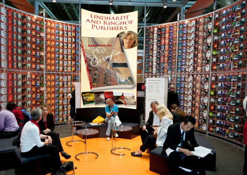 """Banner med hele forfatterskabet til Frankfurt bogmesssen. Anne Marie Løn """"Serafia"""". Komplet kampagne for Lindhardt og Ringhof, som både indeholdt bogomslag, læseprøve, plakater, billboards og banner til Frankfurt messen med hele forfatterskabet. Jeg udførte alt designarbejde, håndmalet skrift, fotografering, foto-retouch samt færdiggørelse til tryk."""